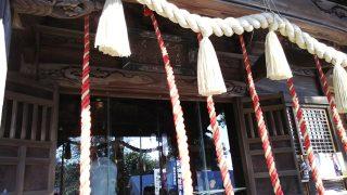 本殿でお参り|師岡熊野神社