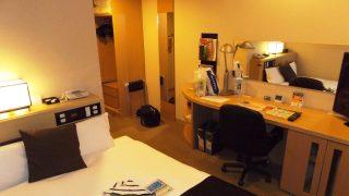 シングルルームのベッドとデスク|アパホテル <TKP札幌駅北口> EXCELLENT