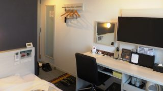 シングルルームのデスクとテレビ スーパーホテル品川・新馬場