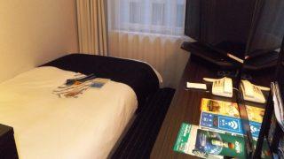 シングルルーム(入口側から) アパヴィラホテル<淀屋橋>(アパホテルズ&リゾーツ)